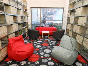 Klidová zóna v Knihovně Přírodovědecké fakulty nabízí studentům možnost odpočinku. Nebo studia. Foto: knihovna.sci.muni.cz