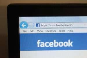 Na sociálních sítích typu Facebook mají lidé tendenci se chovat jinak než ve fyzickém světě. Foto: PDPics/commons.wikimedia.org